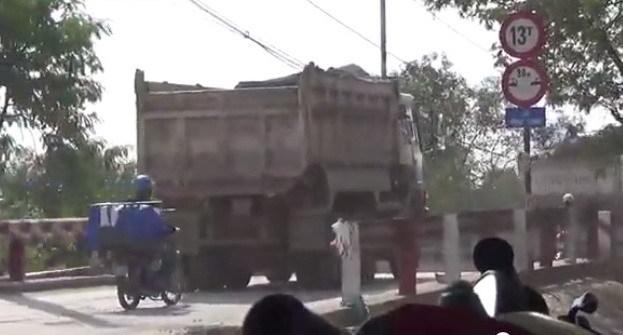 xe tải. phóng viên, hành hung