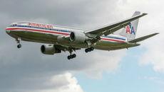 Khách hàng không khuyết tật phải bò lên máy bay