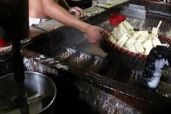 Rùng mình với quy trình sản xuất kem bên miệng cống