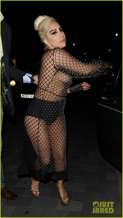 Lady Gaga 'lộ hết' vì mặc lưới đánh cá ra đường