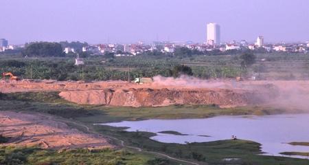 Sông Hồng qua Hà Nội đang bị… lấp chui!
