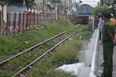 Đứng trên đường ray, một người đàn ông bị tàu tông chết