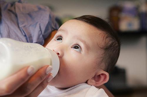 10 mẹo luyện cho bé bú bình 'một phát ăn ngay'