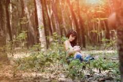 Hút hồn ảnh ngực trần cho con bú giữa thiên nhiên của mẹ Việt
