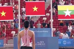 Hình ảnh VĐV Việt Nam đang thi đấu dừng lại chào cờ gây sốt
