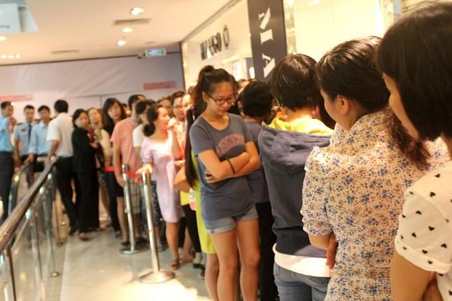 Chen nhau mua quần áo giảm giá ở Sài Gòn