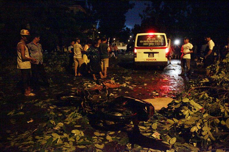 1 người chết sau cơn dông kinh hoàng ở Hà Nội