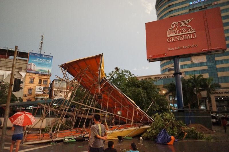 Cảnh Hà Nội xác xơ sau mưa dông, gió giật khủng khiếp