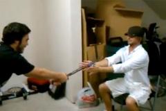 Suýt mất tay vì trò chơi thử làm samurai