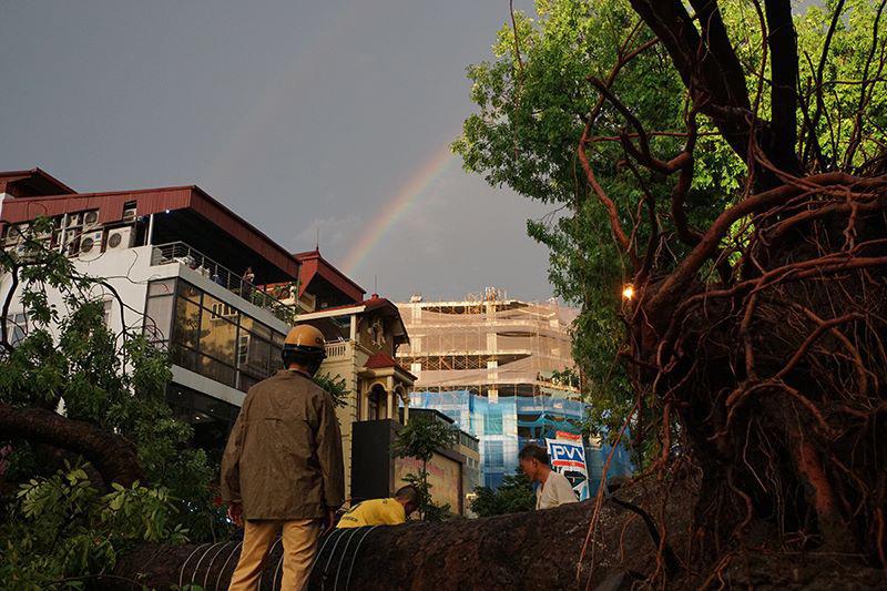 Cầu vồng tuyệt đẹp sau mưa dông dữ dội ở Hà Nội