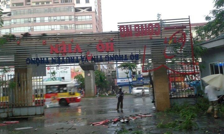 Trường đại học ở Hà Nội tan hoang sau cơn dông