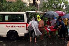 Nữ sinh bị cây đè tử vong trong mưa lốc trên phố Hà Nội