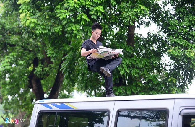 Ảo thuật gia 9X ngồi lơ lửng trên nóc ôtô đọc báo