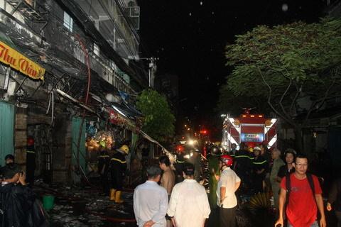Lửa bao trùm chung cư, nhiều hộ dân tháo chạy trong đêm