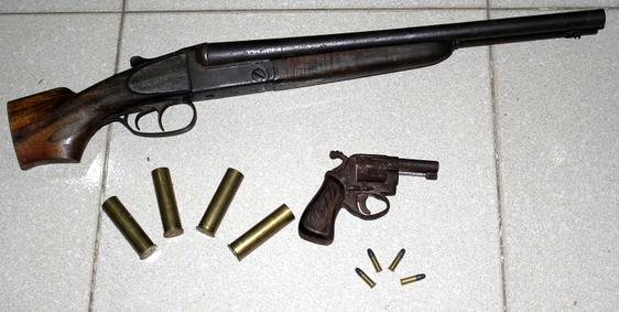 """""""Khoe"""" súng tốt, vừa bắn bị thương một người để bán"""