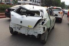 Toyota Yaris móp méo chạy trên đường Hà Nội gây xôn xao