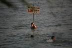 Sau 2 cái chết, dân vẫn đổ ra hồ Linh Đàm 'giải nhiệt'