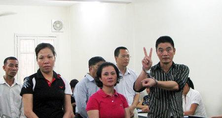 Cựu công an lừa Báo Thanh Niên tạo dáng 'xì teen' tại tòa