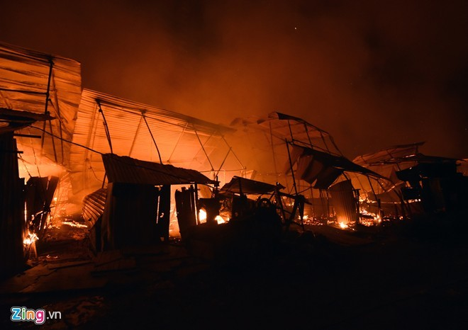 Hỏa hoạn lúc 2h sáng, hàng nghìn người tháo chạy