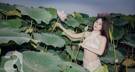 Dân mạng xôn xao với cô gái mặc 'bikini' voan trắng 'hái trộm sen'