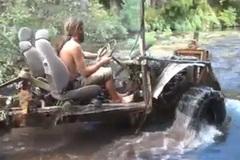 Siêu ô tô off-road băng qua đáy sông