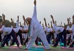 Xem Thủ tướng Ấn Độ tập yoga cùng người dân