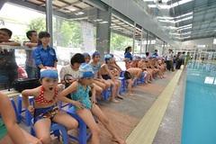 Ánh Viên bơi ở lớp học của 200 trẻ em