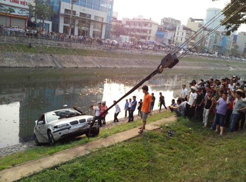 Hy hữu: Lái thử ôtô đâm người, lao xuống sông