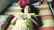 Cha mẹ vẫn loay hoay kiếm miếng ăn, con lại bệnh hiểm nghèo