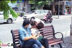 Phản cảm trào lưu cưỡng hôn người lạ