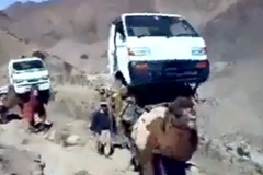 Lạc đà cõng ô tô qua núi