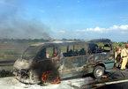 Xe 16 chỗ cháy rụi trên cao tốc Pháp Vân