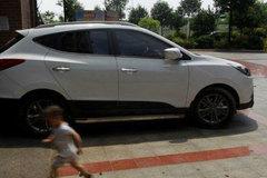 Bé 4 tuổi tử vong vì bị bỏ quên trên ô tô giữa trời nắng