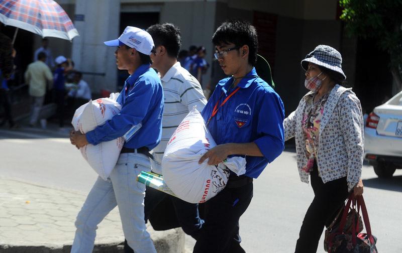 Sĩ tử 5 tỉnh đội nắng 40 độ về Hà Nội 'vượt vũ môn' - 7