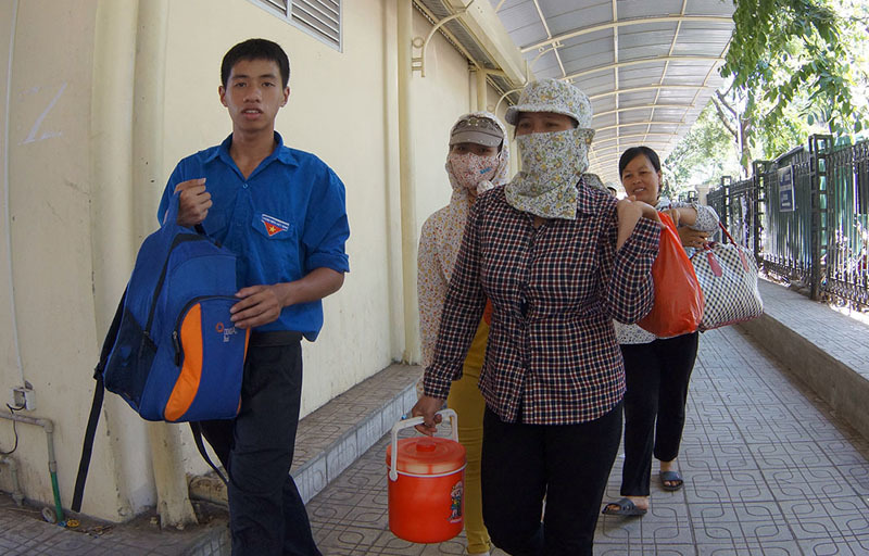 Sĩ tử 5 tỉnh đội nắng 40 độ về Hà Nội 'vượt vũ môn' - 14
