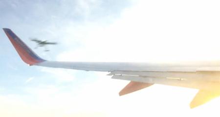 10 clip 'nóng': Vật thể lạ đâm nát cánh máy bay