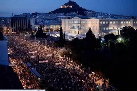 Dân Hy Lạp ồ ạt rút tiền, vỡ nợ cận kề