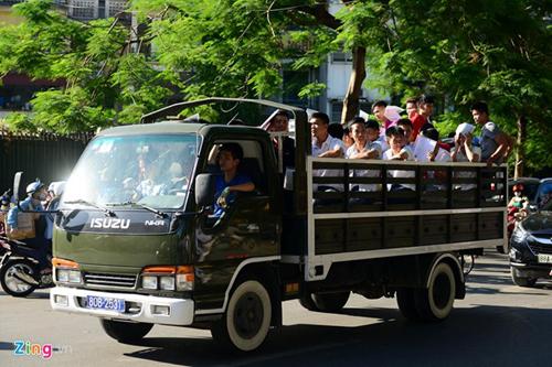 Dùng xe tải đưa thí sinh đến địa điểm thi