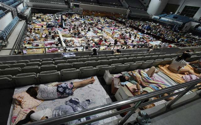 Đổ xô tới sân vận động ngủ để tránh nóng