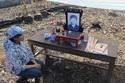 Thương cảm cô gái dựng bàn thờ mẹ trên đống tro tàn