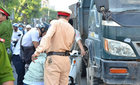 2 thí sinh va chạm với xe tải ngay cổng trường thi