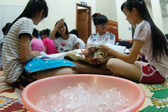 Sĩ tử khổ sở học thi trong cái nóng đến 40 độ