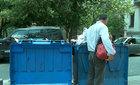 Thảm cảnh dân Athens bới rác kiếm cơm canh thừa