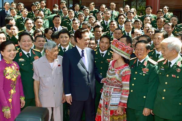 Thủ tướng thăm gian trưng bày vũ khí