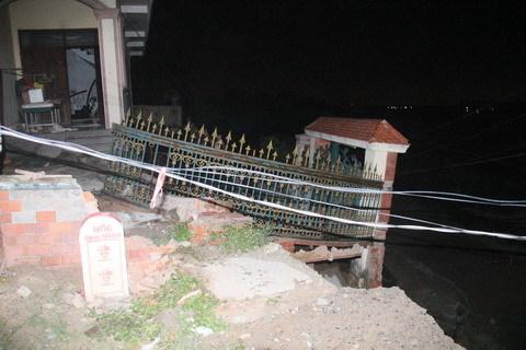 Sạt lở kinh hoàng, công trình xây dựng bị trôi sông