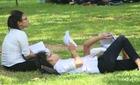 Hình ảnh thí sinh nghỉ trưa trên bãi cỏ