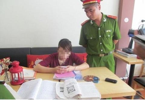 Bắt nhóm đối tượng có dấu hiệu giải và đọc bài sử vào phòng thi