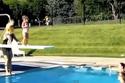 Cười đau bụng với 2 bé tập nhảy cầu bể bơi