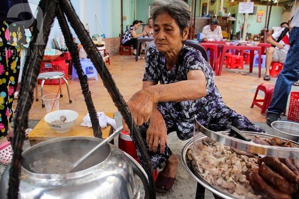 Cháo lòng đặc biệt nấu bằng thau hơn 80 năm tuổi ở Sài Gòn