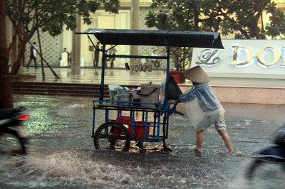 Sài Gòn mưa dông, nhiều tuyến đường ngập nặng